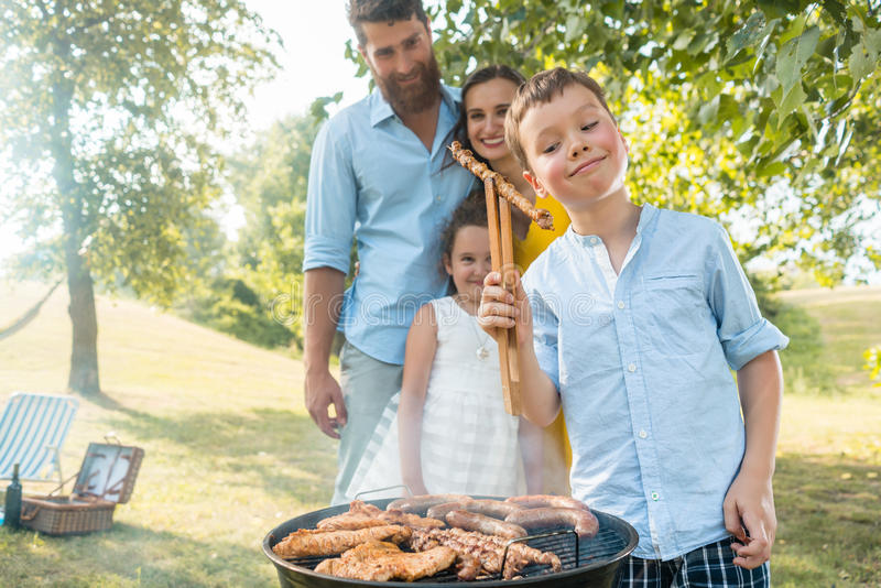 Retrato de la familia feliz con dos niños que colocan al aire libre nea fotografía de archivo libre de regalías