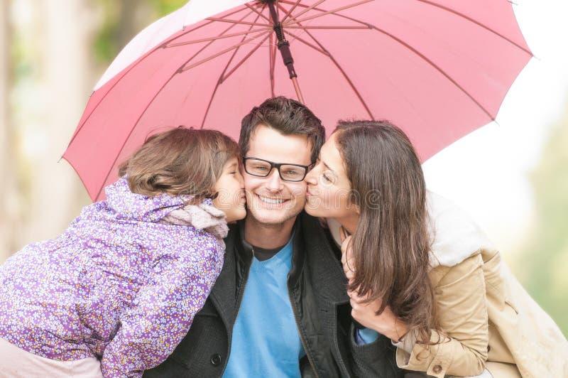 Retrato de la familia feliz de tres al aire libre. fotos de archivo