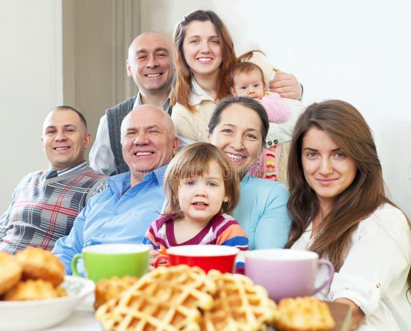 Retrato de la familia feliz de tres generaciones foto de archivo libre de regalías