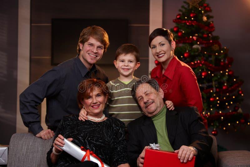 Retrato de la familia feliz en la Nochebuena fotos de archivo libres de regalías