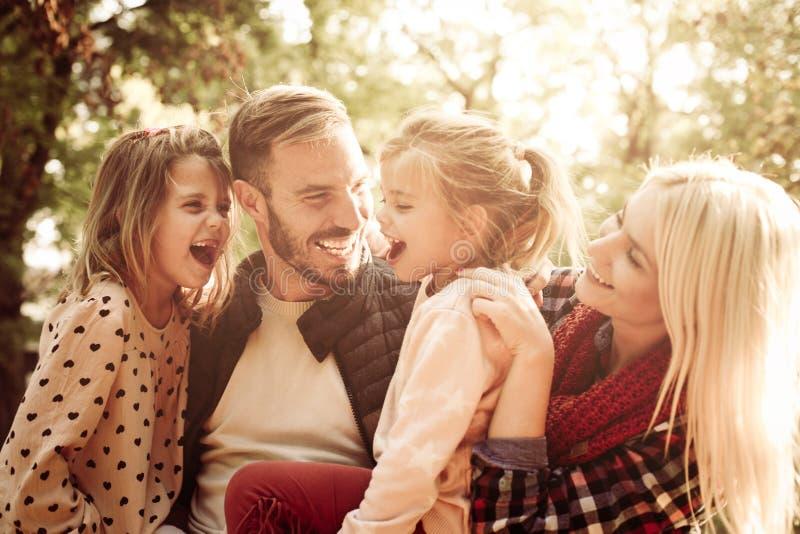 Retrato de la familia feliz en parque fotos de archivo