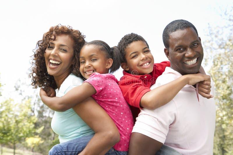 Retrato de la familia feliz en parque imagen de archivo libre de regalías