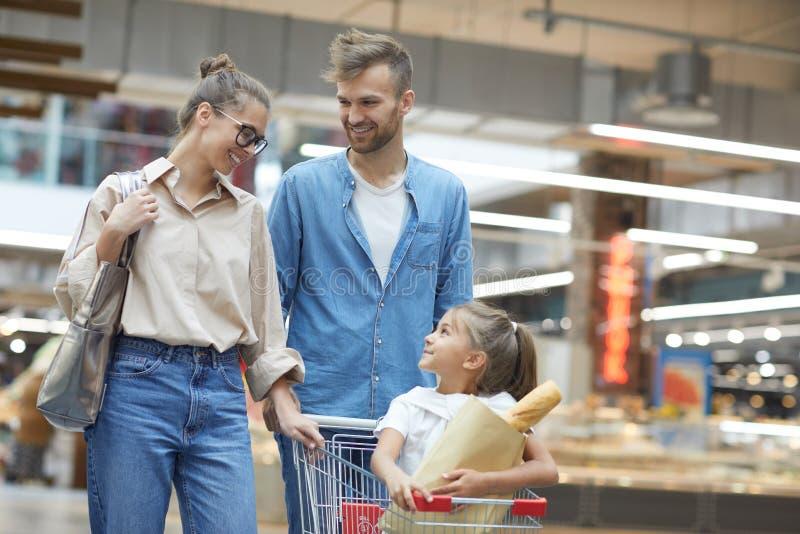 Retrato de la familia feliz en supermercado imagen de archivo libre de regalías