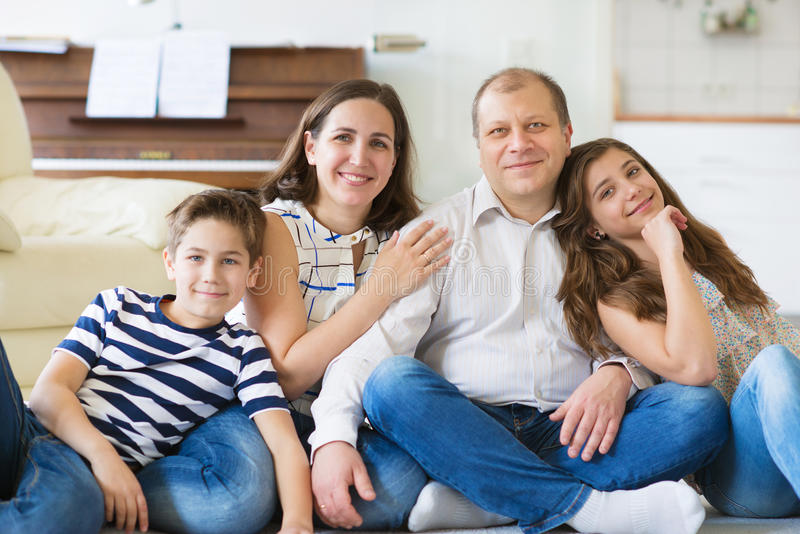 Retrato de la familia feliz joven con la hija bonita del adolescente y fotos de archivo