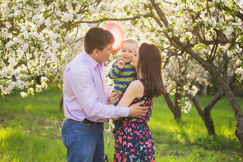 Retrato de la familia feliz padre, madre, abrazo del niño y beso imágenes de archivo libres de regalías