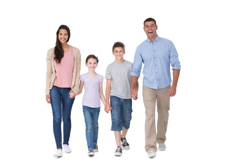 Retrato de la familia feliz que camina sobre el fondo blanco fotos de archivo