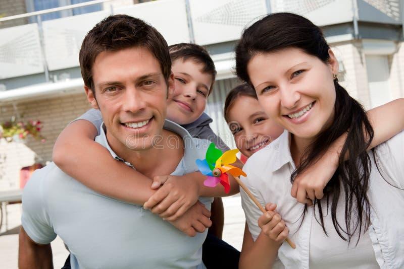 Retrato de la familia feliz que goza al aire libre imagen de archivo