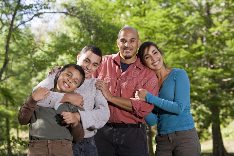 Retrato de la familia hispánica con dos muchachos al aire libre fotos de archivo
