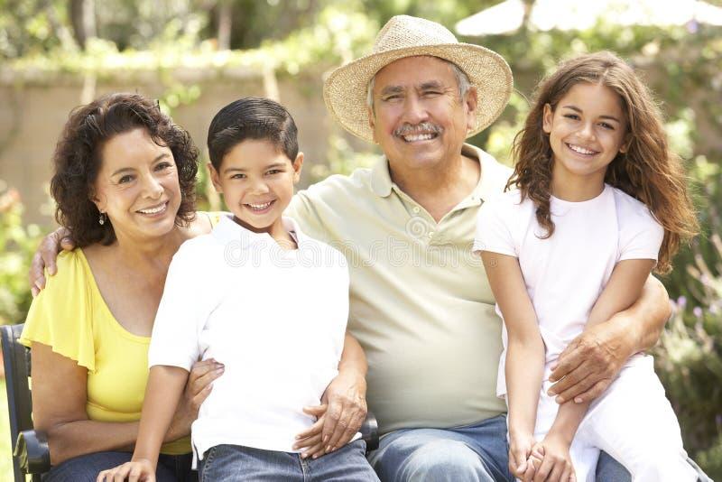 Retrato de la familia hispánica en parque imagen de archivo