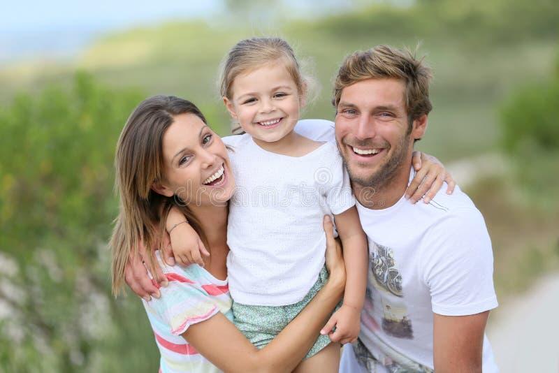 Retrato de la familia joven feliz el días de fiesta fotos de archivo libres de regalías