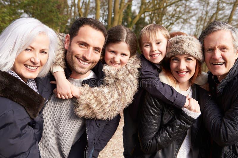 Retrato de la familia multi de la generación en paseo del campo imagenes de archivo
