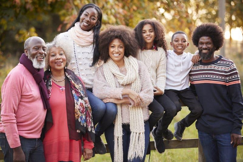 Retrato de la familia multi de la generación en Autumn Walk In Countryside Together fotos de archivo