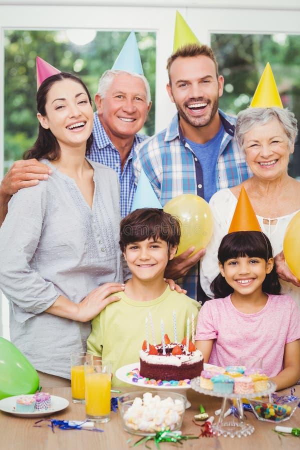 Retrato de la familia multi sonriente de la generación durante fiesta de cumpleaños foto de archivo libre de regalías