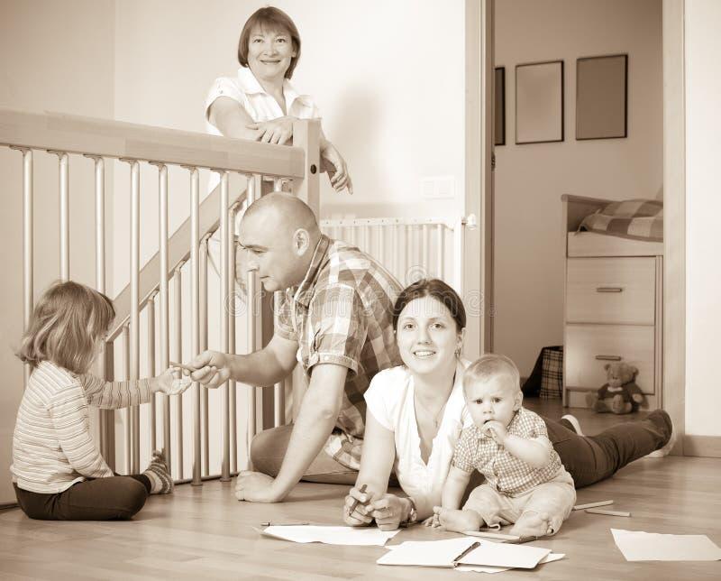 Retrato de la familia multigeneración feliz con los pequeños niños co imágenes de archivo libres de regalías
