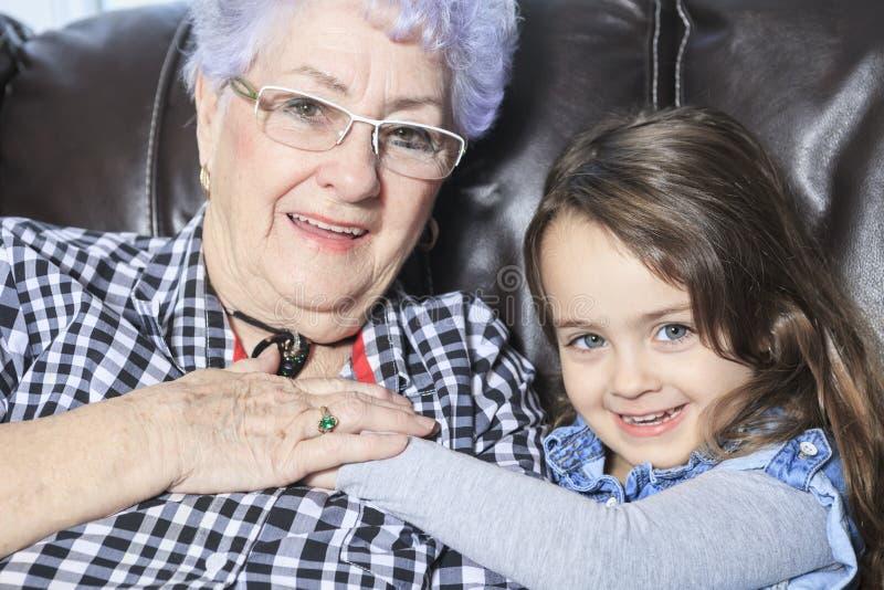 Retrato de la familia multigeneración sonriente imágenes de archivo libres de regalías