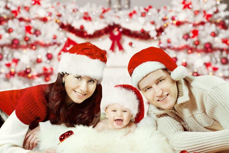 Retrato de la familia de la Navidad, bebé recién nacido en Santa Hat, nuevo feliz foto de archivo libre de regalías