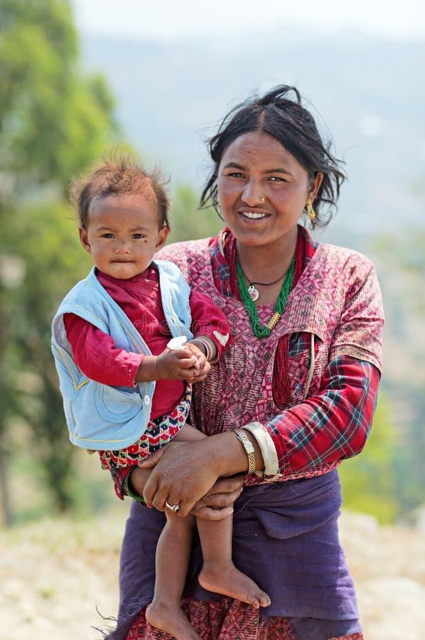 Retrato de la familia nepalesa no identificada (madre con la hija pequeña) imagen de archivo libre de regalías