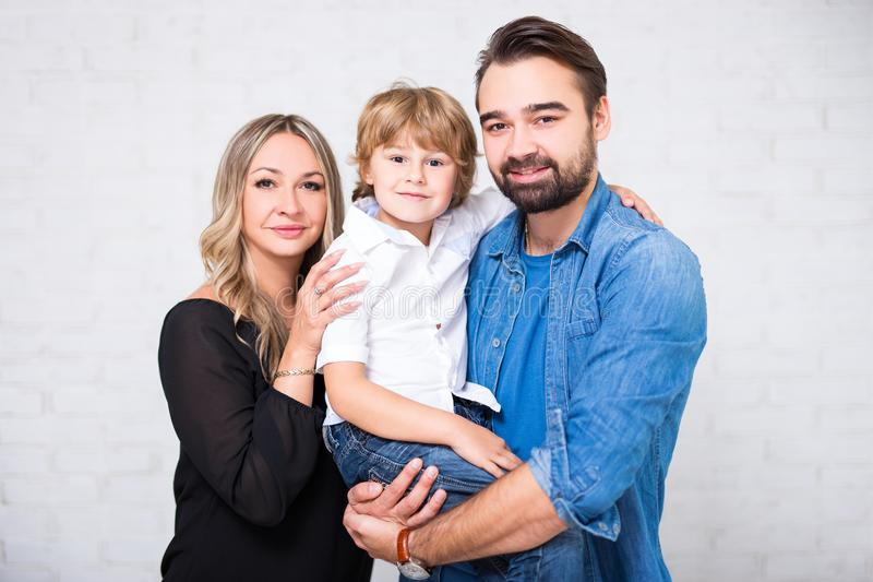 Retrato de la familia - pareja y pequeño hijo sobre blanco imagenes de archivo