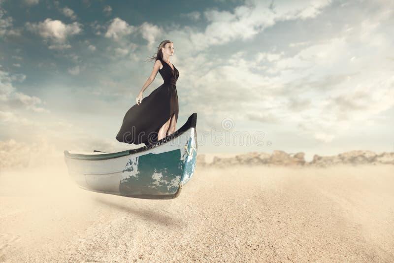 Retrato de la fantasía de la mujer joven en el barco fotografía de archivo