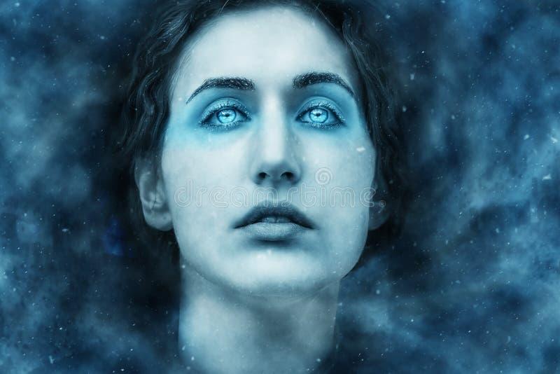 Retrato de la fantasía de una mujer congelada en una nevada foto de archivo libre de regalías