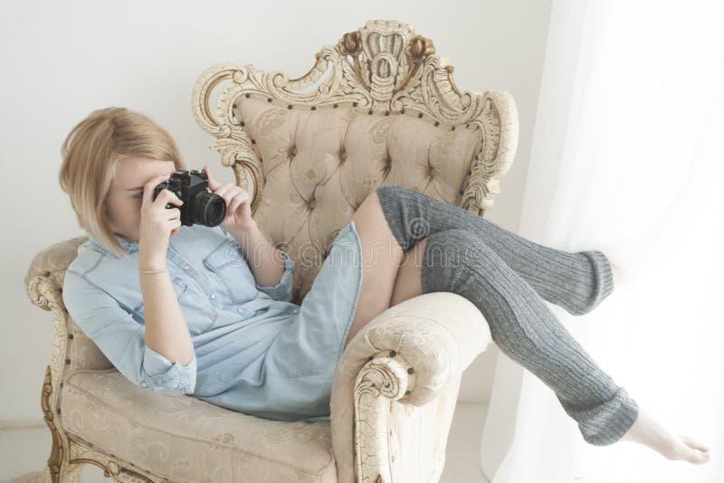 Retrato de la forma de vida de la mujer bastante joven que se divierte con la cámara fotos de archivo libres de regalías
