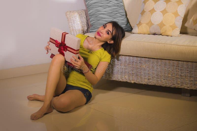Retrato de la forma de vida de la caja de apertura joven de la Navidad de la mujer indonesia asi?tica feliz y hermosa o de regalo foto de archivo