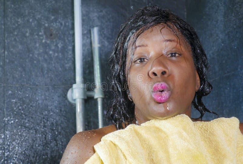 Retrato de la forma de vida de la mujer afroamericana negra hermosa y feliz joven que sonríe cabello seco y cuerpo felices y aleg imagen de archivo