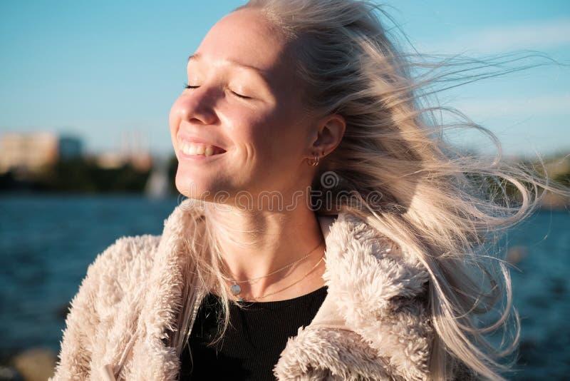 Retrato de la forma de vida de la mujer rubia joven en la puesta del sol imágenes de archivo libres de regalías