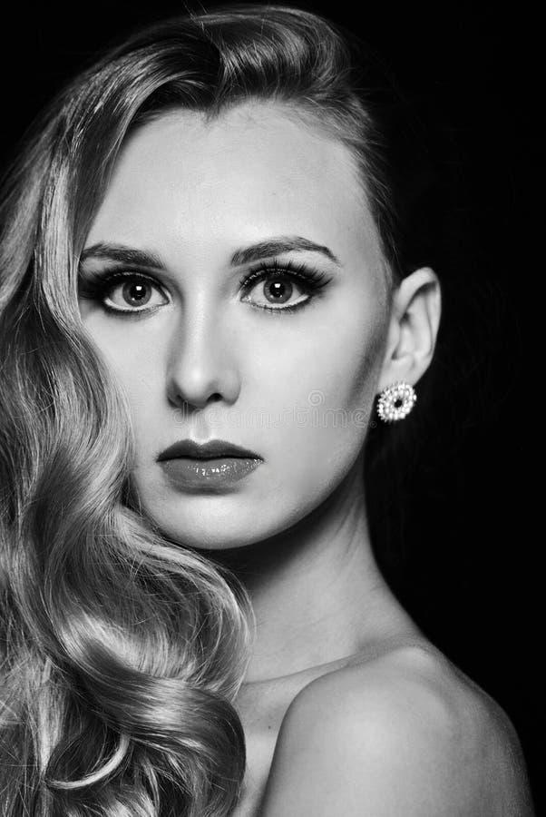 Retrato de la foto de la cara hermosa magnífica de la mujer en blanco y negro fotos de archivo libres de regalías