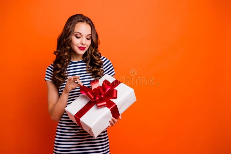 Retrato de la foto del primer de precioso interesado de celebración bonito encantador con la tenencia viva de la señora de la p imagen de archivo libre de regalías