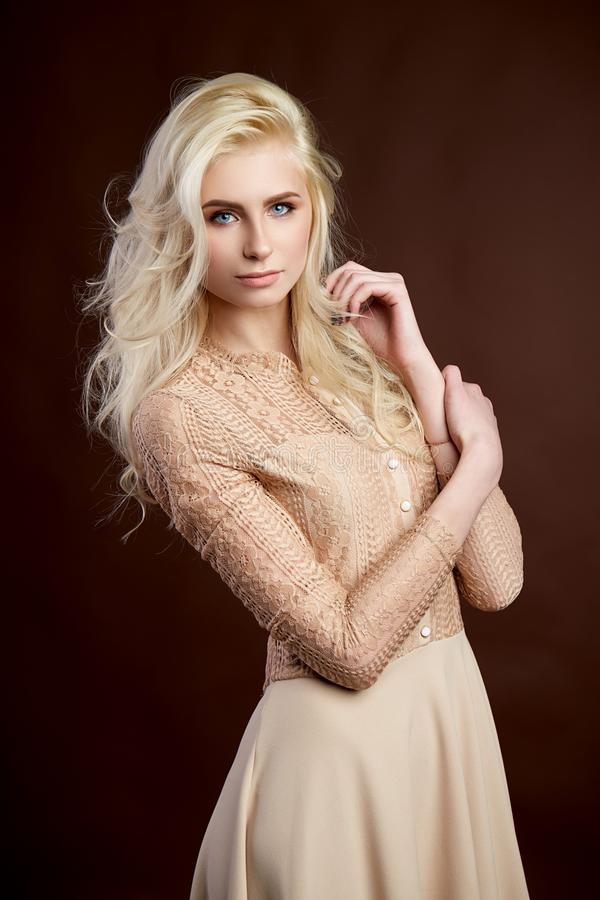 Retrato de la foto rubia joven hermosa de la moda de la muchacha fotos de archivo