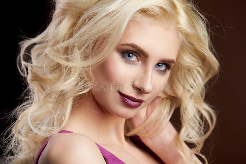 Retrato de la foto rubia joven hermosa de la moda de la muchacha imagen de archivo