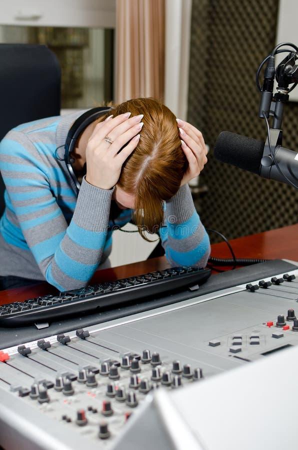 Retrato de la hembra deprimida DJ fotografía de archivo