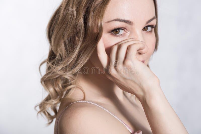 Retrato de la hembra elegante joven hermosa en pálido - vestido que se casa rosado con el escote grande, en un fondo blanco imágenes de archivo libres de regalías