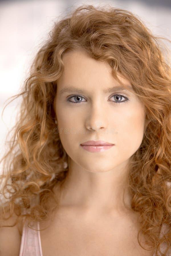 Retrato de la hembra joven atractiva fotografía de archivo