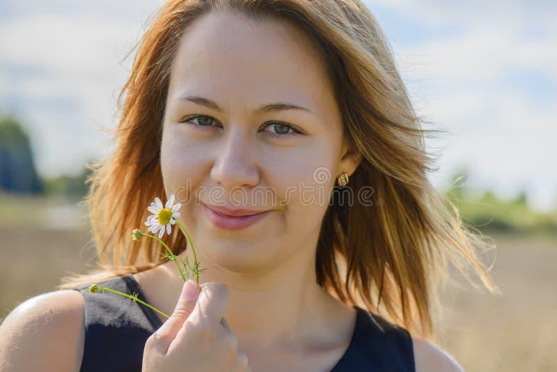 Retrato de la hembra joven con la manzanilla fotografía de archivo libre de regalías