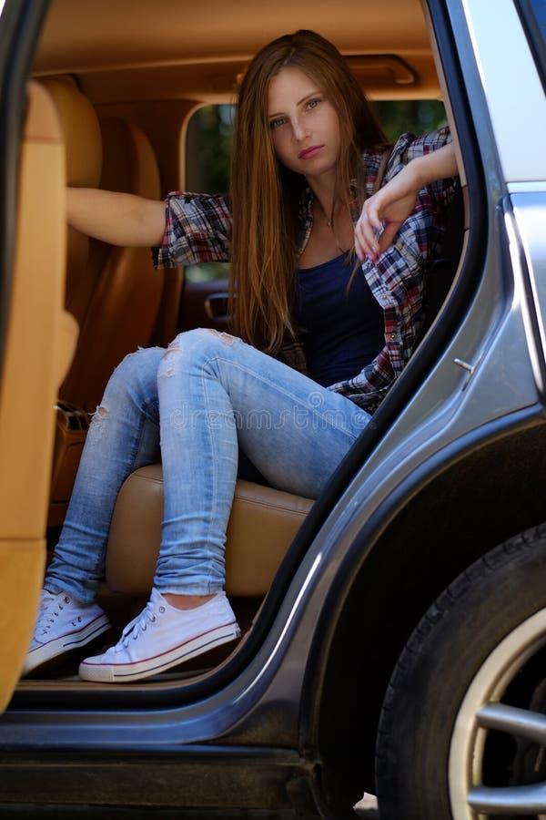 Retrato de la hembra pecosa en un coche fotografía de archivo