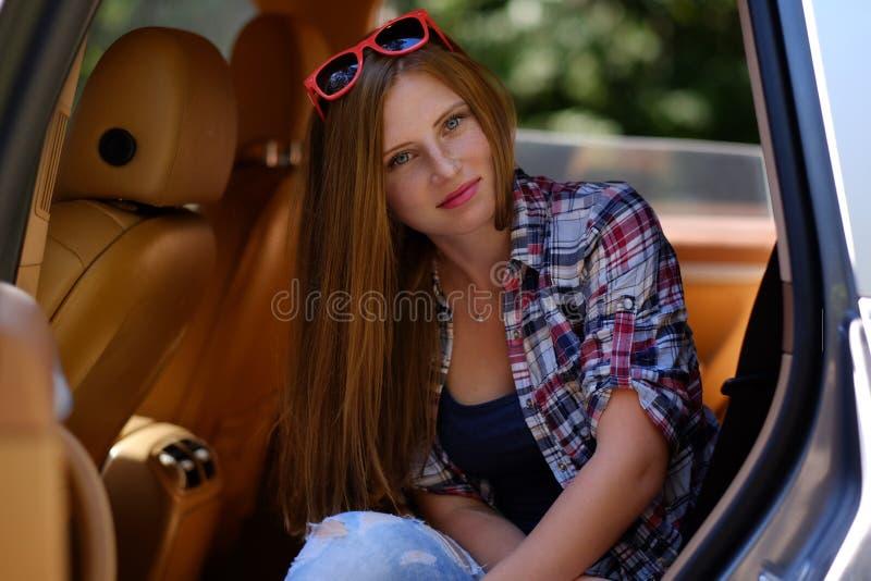 Retrato de la hembra pecosa en un coche fotos de archivo libres de regalías