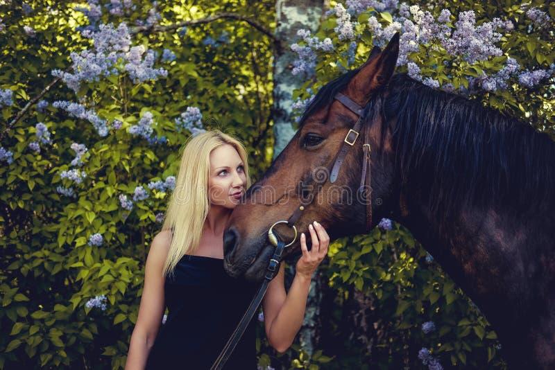Retrato de la hembra rubia con el caballo fotos de archivo