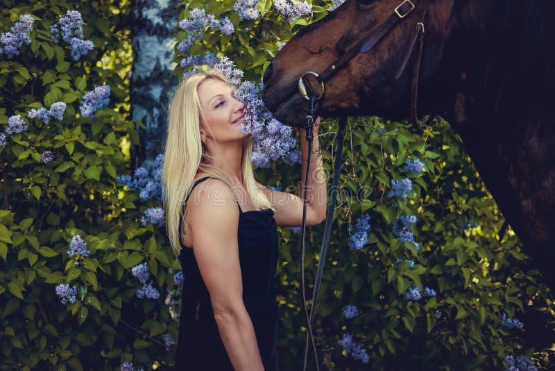 Retrato de la hembra rubia con el caballo imágenes de archivo libres de regalías