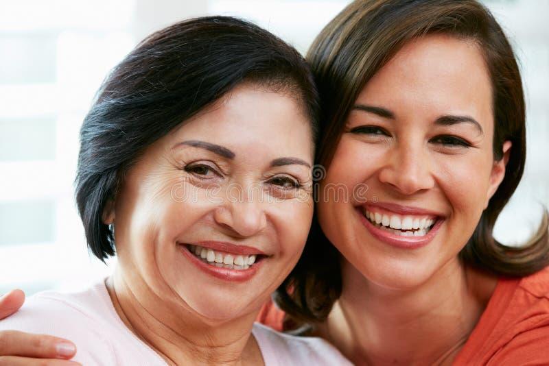 Retrato de la hija adulta con la madre en casa fotografía de archivo libre de regalías