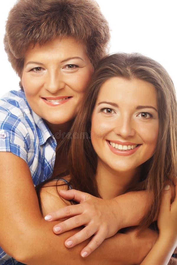 Retrato de la hija que abraza a su madre foto de archivo