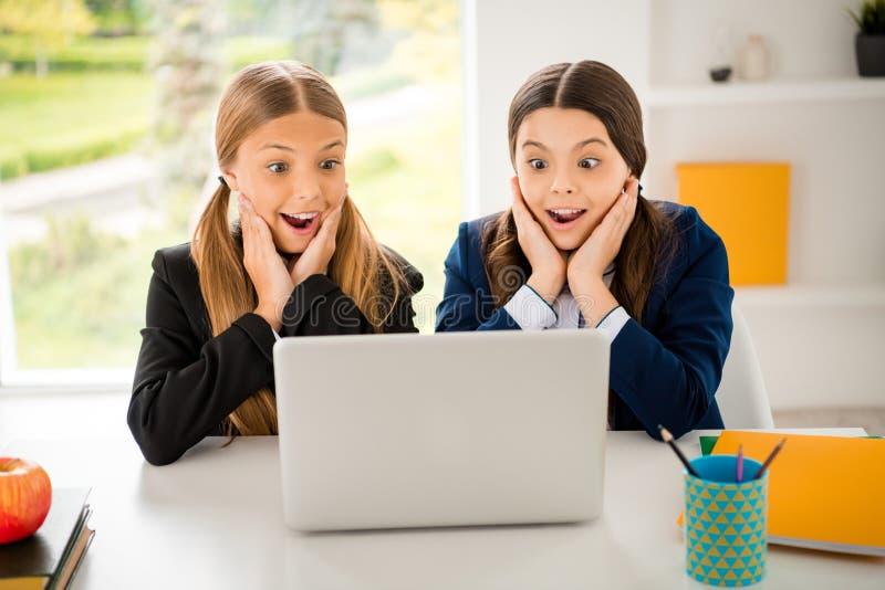 Retrato de la investigación alegre alegre divertida de las muchachas del positivo precioso lindo encantador atractivo atractivo p imágenes de archivo libres de regalías