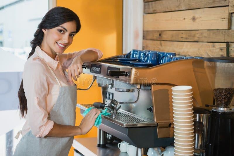 Retrato de la máquina de la cafetera de la limpieza de la camarera imágenes de archivo libres de regalías