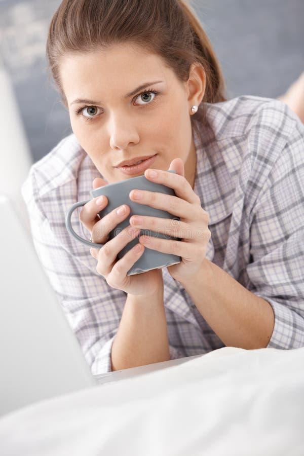 Retrato de la mañana del café de consumición de la mujer imagen de archivo