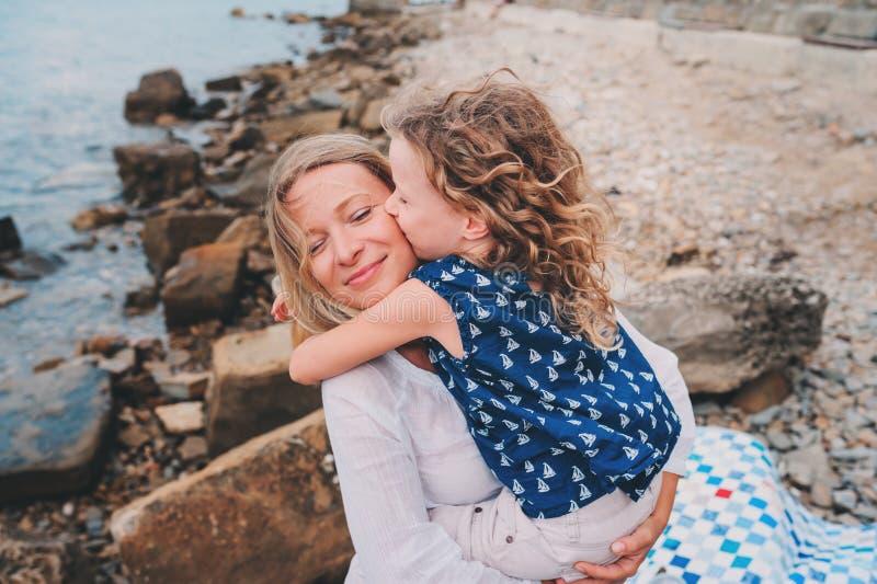 Retrato de la madre feliz y de la hija que pasan el tiempo junto en la playa el vacaciones de verano Familia feliz que viaja, hum foto de archivo libre de regalías