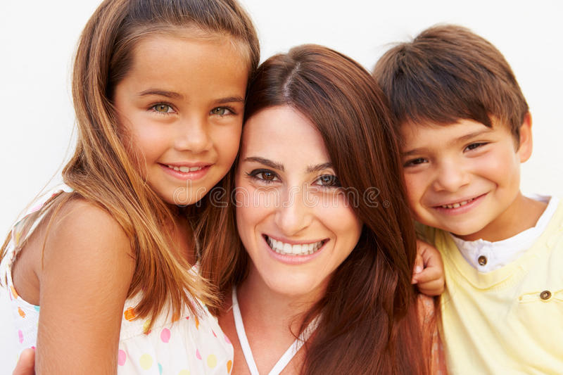 Retrato de la madre hispánica con los niños fotografía de archivo libre de regalías
