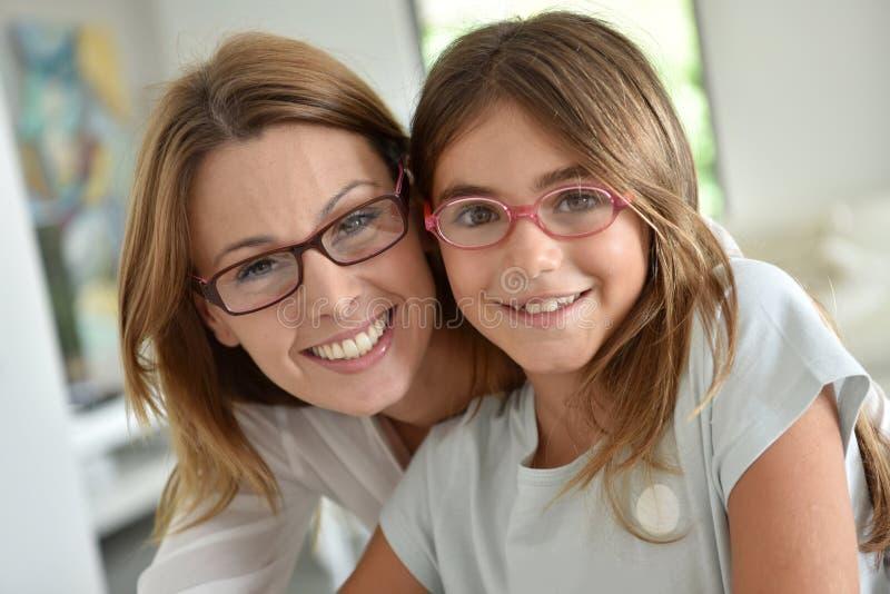 Retrato de la madre joven con su hija fotos de archivo