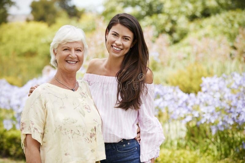 Retrato de la madre mayor con la hija adulta en paseo en parque foto de archivo libre de regalías
