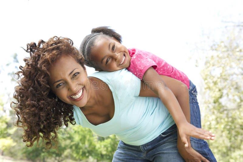 Retrato de la madre y de la hija felices en parque foto de archivo libre de regalías